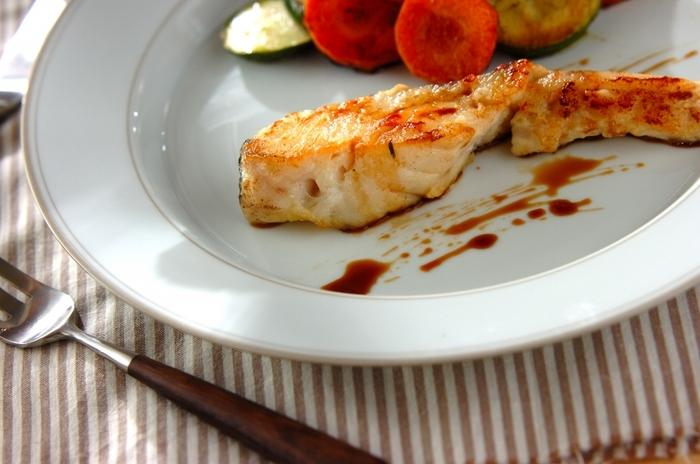 レストランに出てきそうな「タラのムニエル」は、家でも簡単に作ることができますよ。バター醤油でいただくタラの美味しさは格別です。野菜をソテーして添えればお店のような1品の完成♪