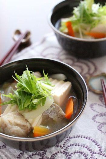 タラはあらかじめ湯通しして臭み知らず。豆腐や野菜がたっぷり入って、生姜が効いたポカポカ中華スープで疲れた身体をじっくり労わりましょう。