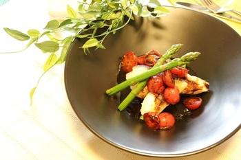 しっかり煮詰めたバルサミコ酢ソースでいただく、タラのコンフィ。70度のごく低温の油でじっくり揚げたタラは、しっとりとした口当たり。