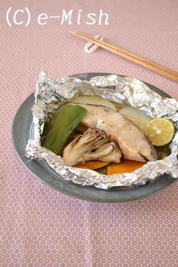 忙しい時に大助かりのホイル包み焼きメニュー。火の通りやすいキノコや野菜を一緒に包んでオーブントースターや魚焼きグリルで15分ほど焼き上げます。