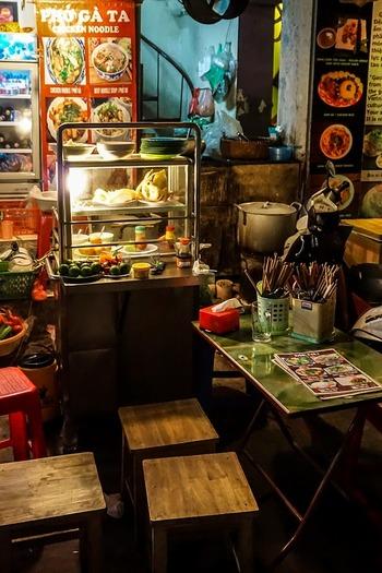 ベトナムの街中で見かけるフォーの屋台やお店。注文したらサッと出てくる手軽さにびっくりしてしまうけれど、ひと口食べると、びっくりするくらい美味しいんです♪