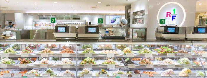 皆さんも、デパ地下などで美味しそうなお惣菜が並んでいるショーケースを見かけたことがあるのではないでしょうか? 「RF1」は、素材を大切にしたお惣菜屋さん。量り売りで自分の食べたいものを食べたい分だけ購入することができます(既にパックされている商品もあります)。
