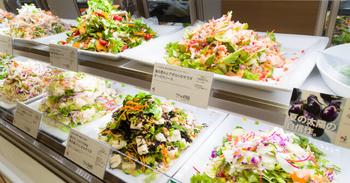 ショーケースの中でピカピカ光るサラダたち。どれも色鮮やかで新鮮そのもの!