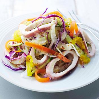 『柔らかイカと野菜のマリネ マスタード風味』  人参とパプリカのピクルスが入った、彩り豊かなさっぱりサラダ。