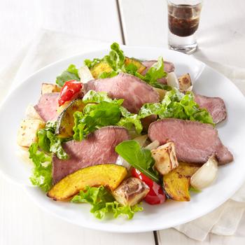 『RF1自慢のローストビーフサラダ』  RF1こだわりのローストビーフが更に美味しくなった一品です。薄切りのお肉とポテトで美味しくお腹いっぱいになれそうです。