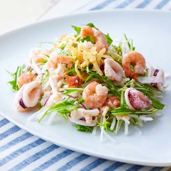 『たっぷり海の幸の美味サラダ』  海老・ヤイリイカ・サーモン、シーフードたっぷりの人気サラダ。
