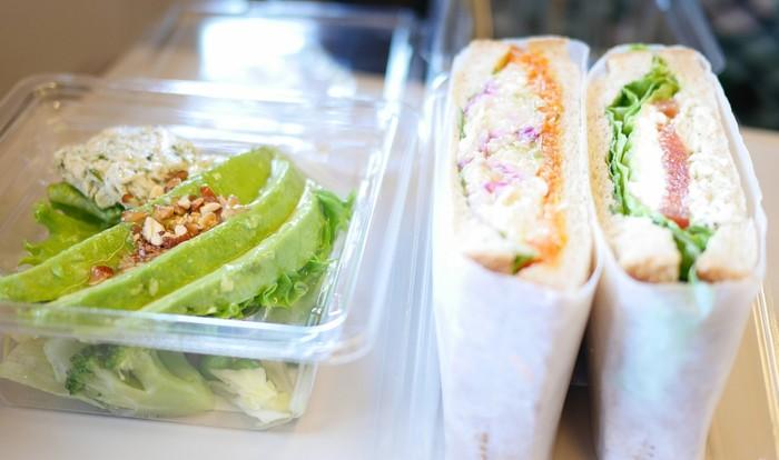 RF1のサラダの嬉しいところは、サラダなのに充分主役級のボリューム、栄養、存在感があるところ。 サンドイッチやおにぎりとRF1のセットがあれば、充分なランチになっちゃいます☆