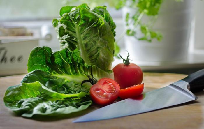 「べジフルセブン」とは、小鉢(小皿)の野菜料理1皿を70gとして、1皿×5皿=350g。大皿の野菜料理(野菜カレー、ポトフなど)では1人分を2皿分と数えます。  下記のサイトには、野菜の量をお皿のサイズに換算して、摂取量が簡単にわかる方法が記載されています。詳しくは↓↓↓