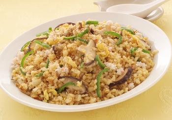 玄米は粘りが少ないので、チャーハンを作るのにピッタリ。あこがれのパラッとしたチャーハンが手軽に作れますよ。