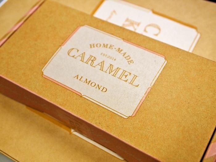 江崎グリコが運営するキャラメル菓子専門店であるキャラメルキッチン。北海道産生クリームを使用して作られた濃厚なキャラメル。アーモンド、ミルク、バターがあります。