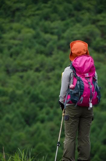 山登り用のザックには、荷物を体に引き寄せるためのショルダーベルトや、ウェストベルトがついています。大きさやサイズもいろいろあるので、選ぶ時はシューズと同じく、自分の体にフィットするかどうかで選ぶと良いでしょう。 大きさとしては、日帰りの山登りだとしても30ℓは欲しいところ。また、レインウェアと一緒にザックカバーも揃えておきましょう。