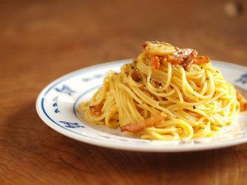 濃厚でクリーミー、人気のカルボナーラ。こちらのレシピでは生クリームは使わず、卵、粉チーズ、オリーブオイルと、シンプルな材料で作っています。