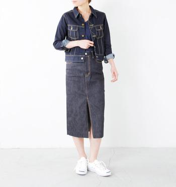タイトスカートは大人っぽい雰囲気に仕上がります。カジュアルなスニーカーを合わせても、どことなく女性らしさが出るコーディネートですね。