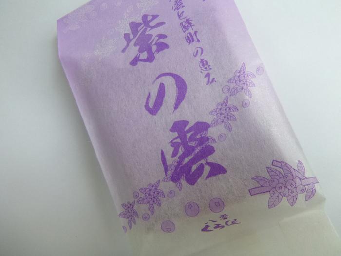 道南八雲(やくも)町の老舗くら屋の銘菓「紫の花」。その名の通り鮮やかな紫色で、お隣の森町のブルーベリーを使っています。クリームもブルーベリーで甘酸っぱくて美味しい銘菓です。