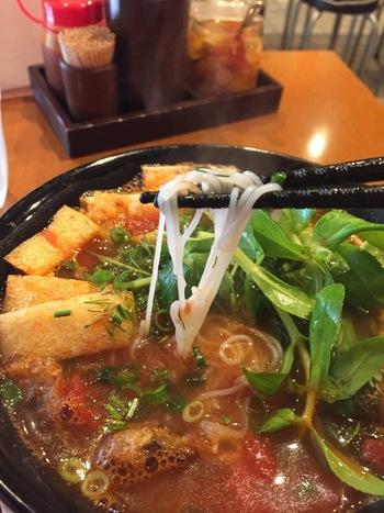 こちらが、細麺の「ブン」です。ブンは、水で溶いた米粉を小さな穴に通して茹でて麺にしています。同じ米粉でも作り方が異なるので、味も食感も違うんですよ。ベトナムの人は、フォーよりもこのブンの方をよく食べているのだそうです。