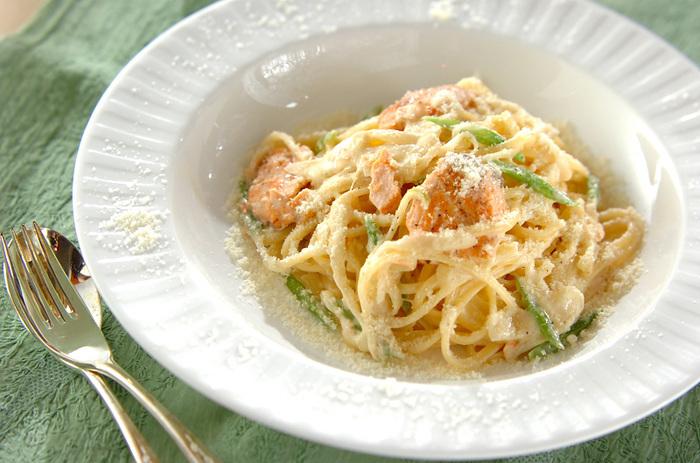 リングイネはクリームソースとの相性もいいんです。平たいパスタにクリームが絡み、おいしく食べられます。身近な素材、鮭を使って、塩気をプラス。
