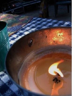 蜜蝋にシトロネラやゼラニウムなど、虫が忌避するアロマを加えたキャンドル。爽やかな香りが虫を遠ざけてくれます。夏のバーベキューやキャンプに。  虫除けキャンドルの作り方はこちら。 ↓↓↓