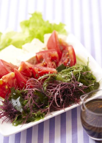 海藻にはカルシウムや鉄、カリウムや亜鉛、ビタミンやタンパク質などの栄養素もバランス良く含まれています。「栄養の宝庫」である海藻を手軽にたっぷり食べられる海藻サラダを毎日の食生活に取り入れてみましょう♪