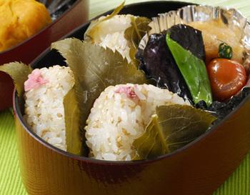 桜の花の塩漬けと玄米ご飯で作るおにぎり。つい茶色くなりがちな玄米も、桜と合わせれば、春を感じさせる見た目も華やかなレシピになります。