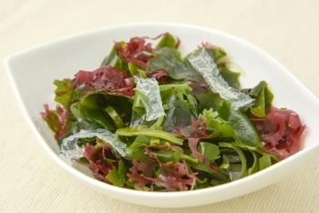 昆布やワカメ、海苔やひじき、もずくや寒天などさまざまな種類がある「海藻」。低カロリーで食物繊維や栄養素が豊富です。たとえば食物繊維は、干しひじき1食分(5g)につき2.2g、乾燥ワカメ1食分(2.5g)につき0.8g含まれています。食物繊維を効率良く取れて女性に嬉しい食品なんです♪