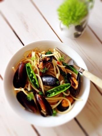 パスタの穴がムール貝から出るエキスをたっぷり吸って、最後まで美味しく食べられる一品。菜の花を加えれば春のパスタに。