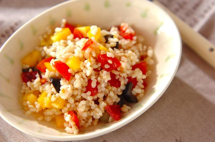 水洗いした玄米ごはん、きゅうりのピクルスやパプリカ、プチトマト、オリーブなどが入っている、彩りも美しい玄米サラダは、前夜や朝に炊いた玄米ごはんで作れるので、忙しいときに重宝しそう。