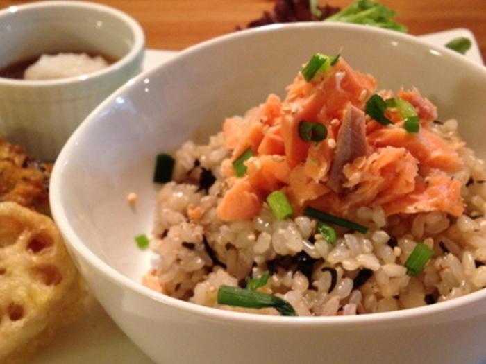 ひじきと梅干しが入った玄米ごはんに、ほぐした甘塩鮭をのせた見るからに食欲をそそる混ぜご飯。鮭はごはんに一緒に混ぜても美味しくいただけます。