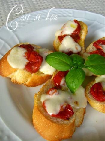 シンプルで素材の味を楽しめるオープンサンドは、ドライトマトの赤色が華やか。とろりととろけたチーズが美味しそう!