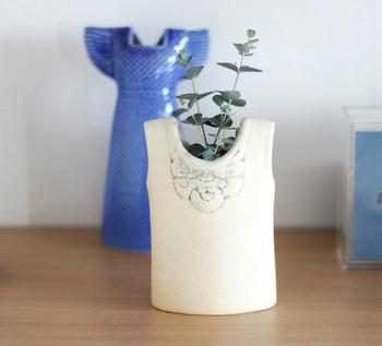 個性的な花器にユーカリを入れて。まっすぐ伸びたユーカリは、前向きな気持ちにさせてくれます。