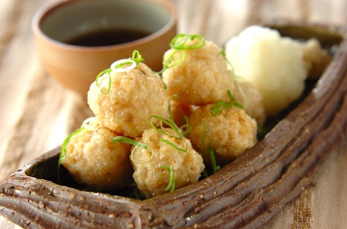 玄米ごはんから作るモチモチの玄米団子。さらにそれを揚げることにより、外がカリッとなり、中のモチモチ感との対比が楽しめ、いくつでも食べられそう。