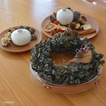 リースは壁やドアに飾るだけではなく、テーブルの上にアレンジしてもお洒落です。「幸せの輪」という意味を持つリースは家族の近くに置いておきたいものです。