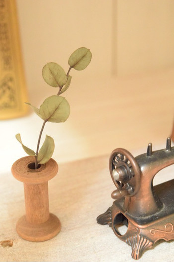趣のある木製の糸巻きは、なんとセリアのものだそう。発想を自由にすることで、見たことのない可愛らしいシーンを作り出すことができるんですね。