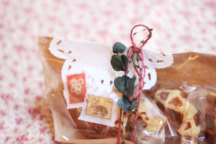 ちょっとしたプレゼントに添えてラッピングするのも素敵。貰った人が笑顔になるような、ユーカリの花言葉にぴったりの思い出に残るプレゼントになるはずです。包みを開けた後もドライフラワーにして残しておいてもいいですね。