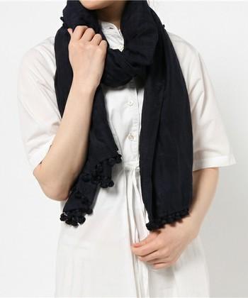涼しげ素材の白の半袖トップスという夏の装いも、首元にシックなカラーのストールを巻けば一気に秋を感じさせるコーデに。