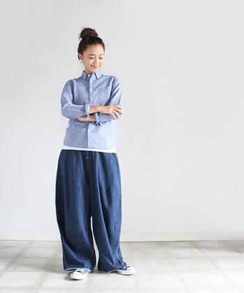 その名の通り、デニムとデニムを組み合わせるコーディネートですが、デニムシャツを使えば実はそう難しくありません。コンパクトなサイズのデニムシャツと、ゆったりデニムパンツを組み合わせたスタイリングです。