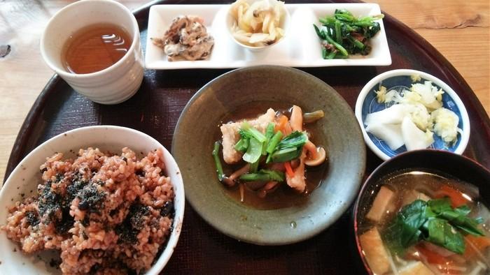 ランチタイムのヘルシーで美味しそうな定食。夜は日本酒や地ビール、生ワインなどを味わえるので、昼、夜、両方訪れたくなります。