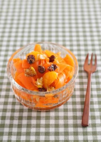 人参とオレンジの色鮮やかなラペ。くるみの香ばしさも加わったヘルシーな一品です。