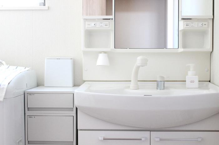 洗面所も清潔に保ちたい場所なので、キッチンに負けないくらい「びわこふきん」できれいにお掃除します。まずはホコリの少ない鏡からスタートして、蛇口をピカピカにしたら洗面台をサっとひと拭き、最後にシンクを磨きあげます。水垢や鏡の汚れを落とすのにも向いているので助かりますね。