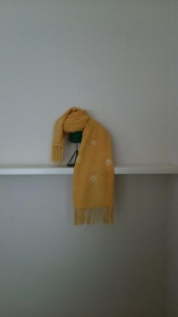 さらに布に結び目を作ったり、紐などで縛ったりすれば、絞り模様が作れますよ!まずはハンカチなどで練習を。一部をつまんできつくしばってから染めます。