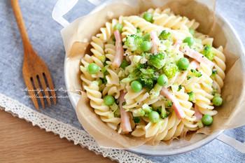 ブロッコリーとえんどう豆で緑を足した、見た目も可愛いフリッジレシピ。にんにくに塩、オリーブオイルと、シンプルな味はお弁当の付け合わせにもおすすめです。