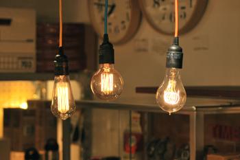 40wではありますが、一般的な白熱球の40wよりも暗め。やはりそこは最新の電球に勝つことは出来ません…。ですが、明るくし過ぎたくない場所の照明としては向いているとも言えるのではないでしょうか。