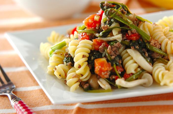 牛ひき肉にほうれん草、しめじ、セロリ、トマトと、具だくさんのフジッリレシピ。メインにもなるボリューム満点のレシピです。