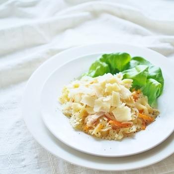 ツナと玉ねぎを和え、パルミジャーノ・レッジャーノをたっぷりのせた、シンプルなレシピ。玉ねぎは火を通さず、しゃきしゃき食感を残すのがポイント。