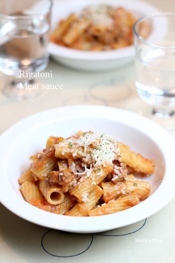 しっかりとした食べ応えのあるリガトーニは、お肉のソースがぴったり。男性でもきっと大満足のレシピです。