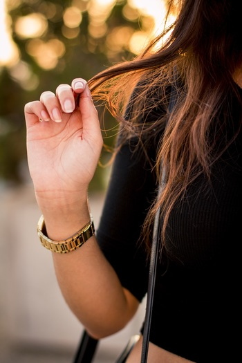 髪が傷んでいる方は梅雨シーズンとくに要注意です。 正常な髪はキューティクルによって適度な水分が保たれていますが、髪が傷んでいるとそのダメージから湿気が入り込み水分過多となってしまいます。 それが髪のうねりや広がりを引き起こしているようです。