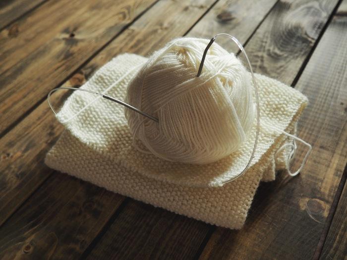 冬になると、暖かいお部屋でお茶でも飲みながら編み物に興じたくなります。無心になって一針一針編んでいると悩みも忘れてストレスフリー。なんだか幸せな気分になりますね。