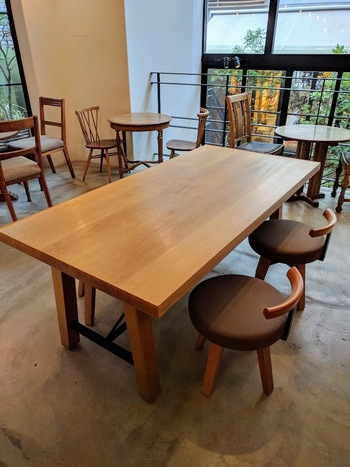 木の温もりが心地よい店内や、緑あふれるテラス席など、くつろげるゆったりとした空間が広がっています。
