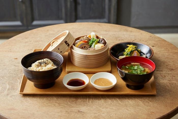 こんな素敵な空間でいただくお料理は、玄米や野菜、大豆を中心とし、食材にこだわり一つひとつ丁寧に手づくりした見た目も美味しそうなヘルシーなお料理。ゆっくり時間をかけて味わいたいですね。