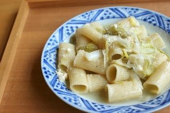 """和風スープでねぎと一緒にことこと煮込んだ""""煮込みリガトーニ""""。もっちり、でも煮くずれることなく、寒い季節に食べたくなるレシピです。"""