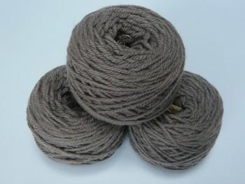 山栗のイガで染めた毛糸。栗拾いをしたときなどにイガを取っておいて、ぜひ試したいですね。柔らかなこげ茶色で、少し灰色がかった染め上がりのようです。